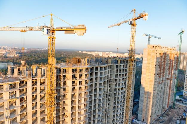 산업 건물 현장에 크레인과 작업자와 건설