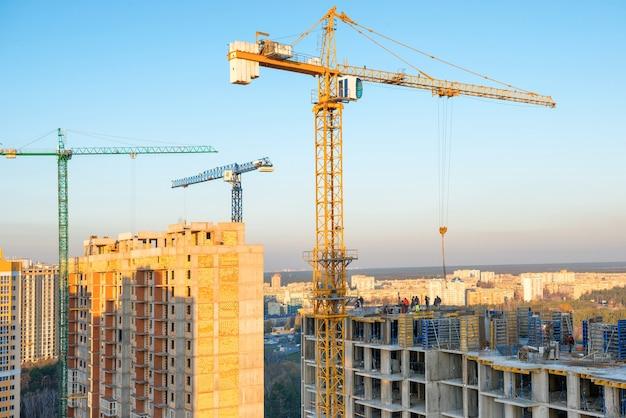 Строительство с кранами на промышленной строительной площадке