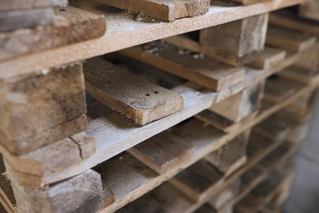 건설 나무 팔레트는 함께 쌓인 나무 팔레트 개념