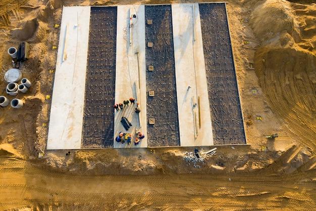 건설 작업. 콘크리트 기초 배치.