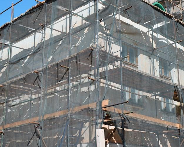 Строительные работы, реконструкция старого здания, реставрация фасада.