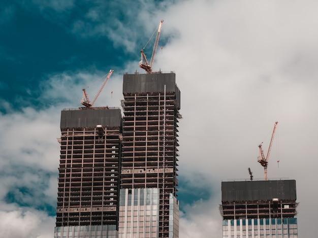 Строительная площадка и высотное здание. строящееся высотное здание. железобетонный каркас