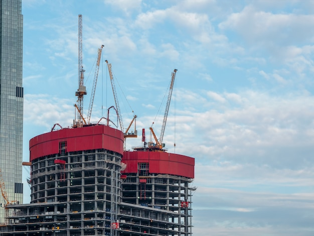 建設工事現場と高層ビル。モスクワ。