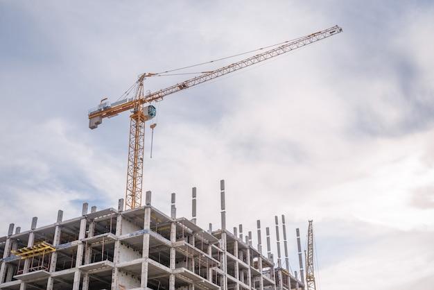 工事現場と高層クレーン