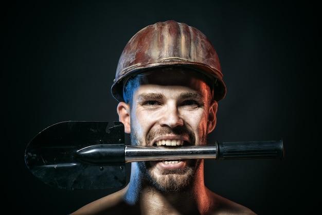 建設労働者の概念プロのビルダー修理工エンジニアマイナー保護ヘルメットホールド