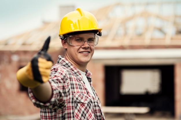 親指を立てる建設労働者