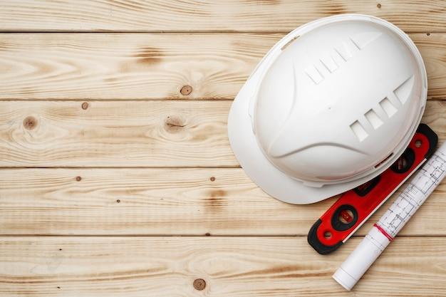 건설 노동자 안전모, 청사진 및 .construction 수준, 나무에 평면도