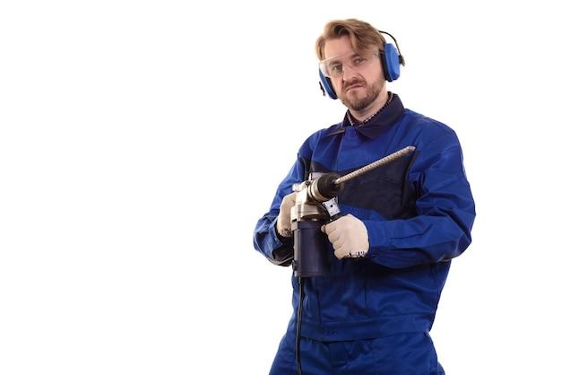 保護メガネとヘッドフォンの建設作業員