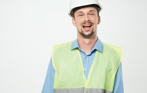 흰색 헬멧과 녹색 반사 조끼에 건설 노동자