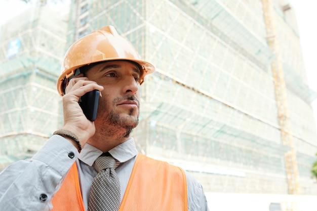 電話をかける建設労働者