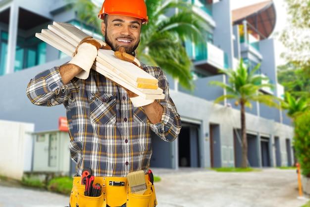 Строительный рабочий на строительной площадке