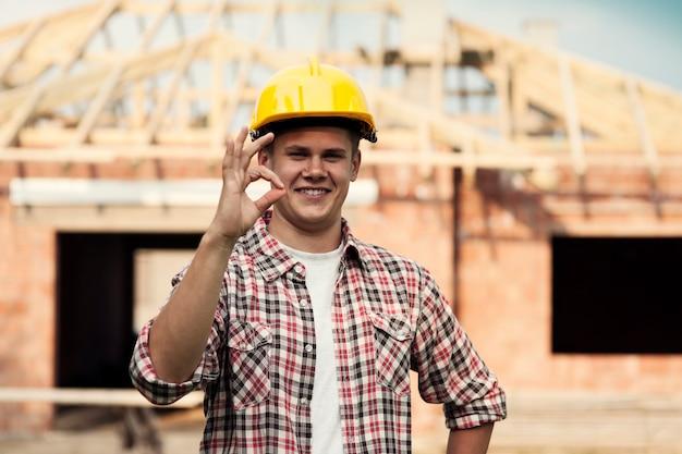 Okサインを示す建設労働者