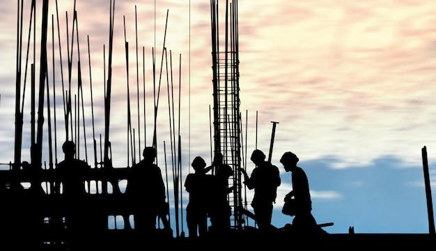 職場での建設労働者のシルエット