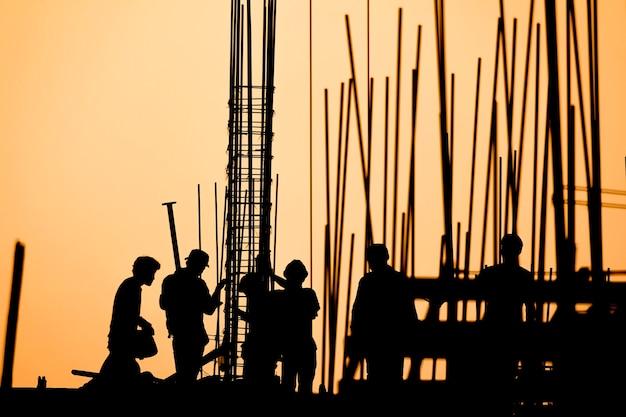職場の建設労働者のシルエット