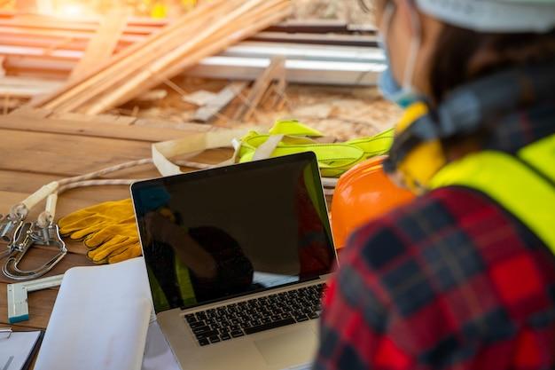 건설 현장에서 covid-19, 건설 현장 개념의 전염병에서 안전 제어에 대해 보호하기 위해 보호 마스크를 착용하는 건설 노동자.
