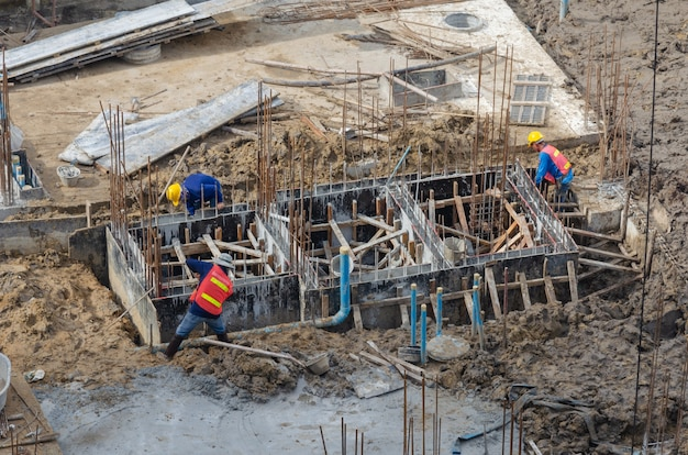 건설 노동자는 시멘트 모르타르를위한 철 구조물을 건설합니다