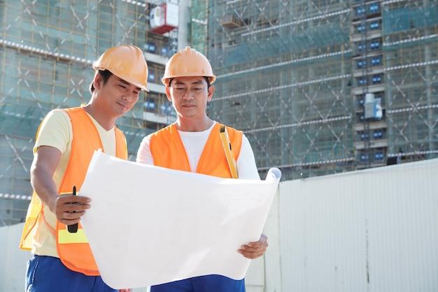 建築計画を議論する建設労働者