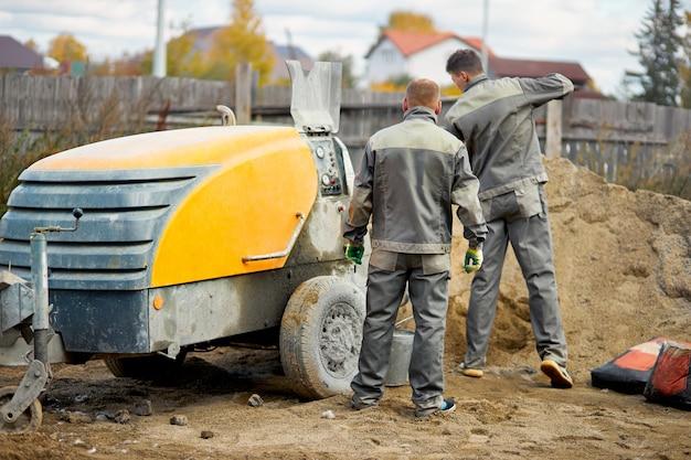 床を平らにする建設労働者