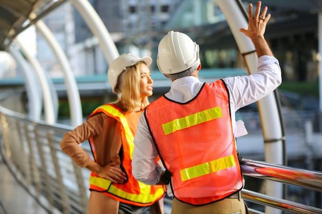 建設現場の青写真を見て建設労働者
