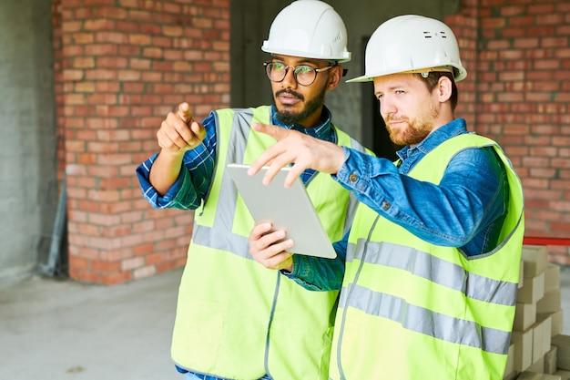デジタルタブレットを使用して建設労働者
