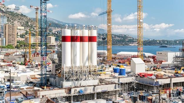 Строительные работы на побережье средиземного моря в монако