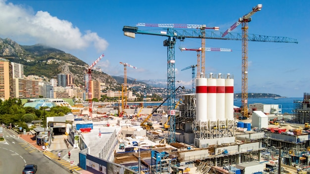 Строительные работы на побережье средиземного моря в монте-карло