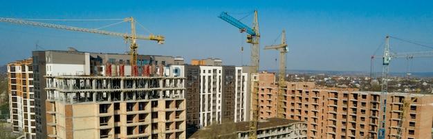 고층 건물의 건설 및 건설, 작업 장비 및 작업자가있는 건설 산업