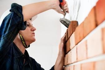 壁にコンストラクタの建設修理石膏