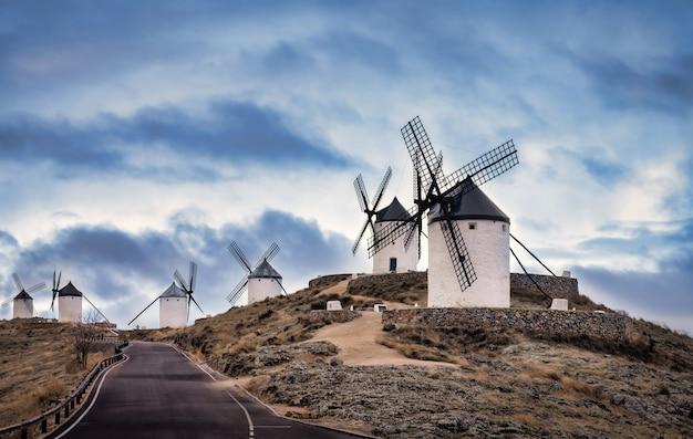 Ветряные мельницы консуэгра в испании с драматическим небом