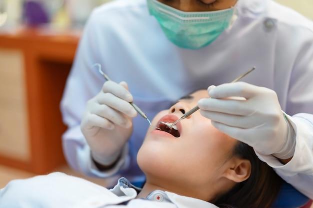 歯科矯正について歯科医に相談してください。