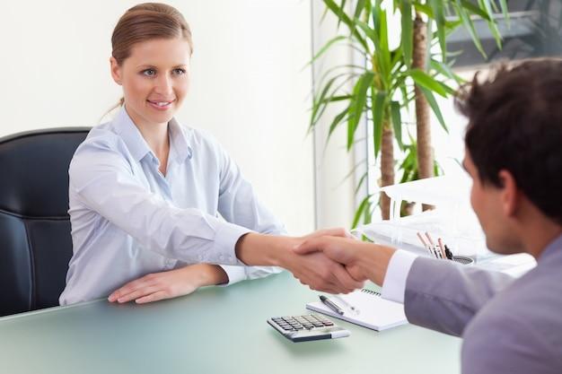 Консультант, пожимая руку своему клиенту