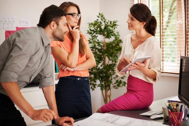 Consultazione tra i lavoratori in ufficio