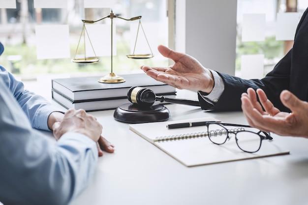 법률 변호사와 남성 변호사 및 비즈니스 여자 작업 및 토론의 상담