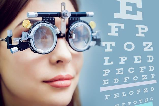Консультация офтальмолога. медицинское оборудование. пупиллометрия.