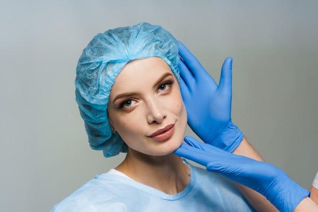 흰색 표면에 성형 외과 의사와 상담