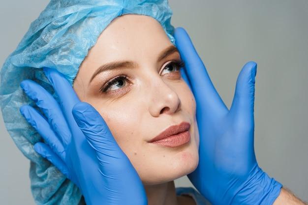 Консультация пластического хирурга на белой поверхности