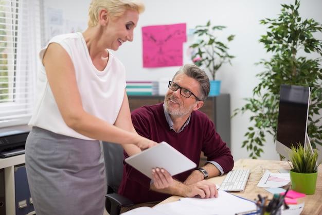 Consultazione al lavoro tra due persone
