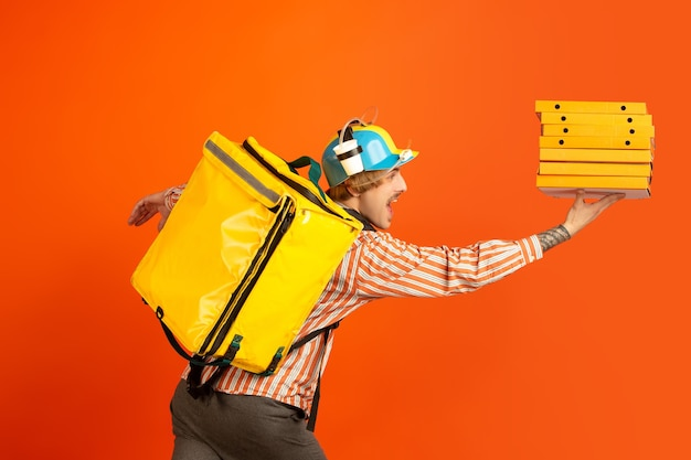 検疫中の無接触配達サービスは、隔離中に食品や買い物袋を配達します