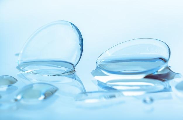 水滴のあるコンタクトレンズ
