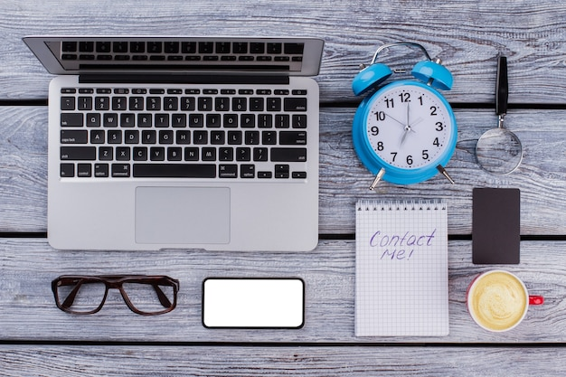 메모 및 사무실 비즈니스 액세서리에 문의하십시오. 현대 세계 개념의 온라인 연결.