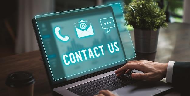 지원 개념, 사업가 눌러 노트북 및 화면 아이콘 전화, 이메일 주소 및 메시지를 온라인으로 문의하십시오.