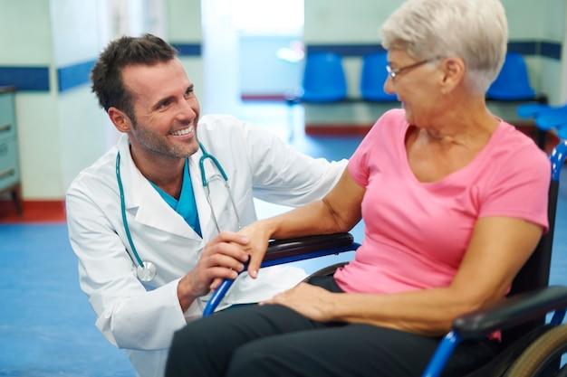 患者との接触は前向きな思考を生み出すために非常に重要です