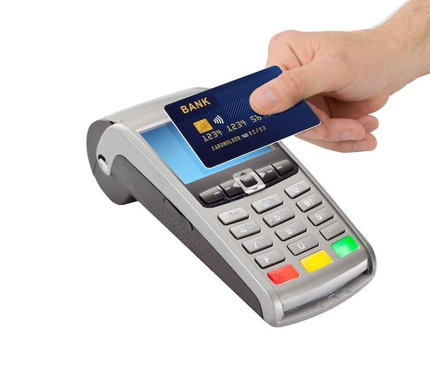 Nfc 기술에 의한 비접촉 결제. 손을 잡고 흰색 배경에 고립 된 지불 터미널 근처 은행 카드.