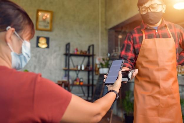 비접촉 결제 방법. 스마트폰과 nfs 기술을 사용하여 결제하는 고객의 클로즈업
