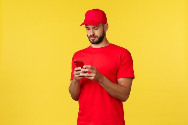 Бесконтактная оплата онлайн-доставка интернет-магазины и концепция отслеживания посылок молодой курьер взгляд ...