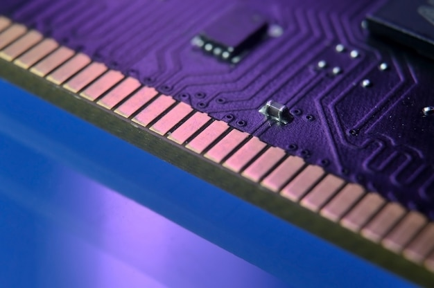 ランダムアクセスメモリのクローズアップのマイクロチップの接点。