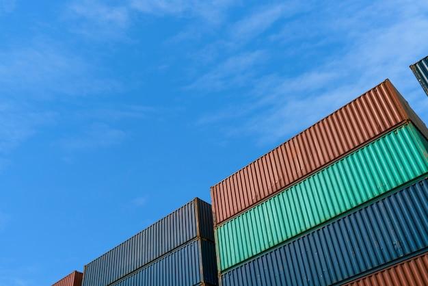 インポートのコンテナー貨物ボックスは、テキスト用のスペースがある輸出物流エリア