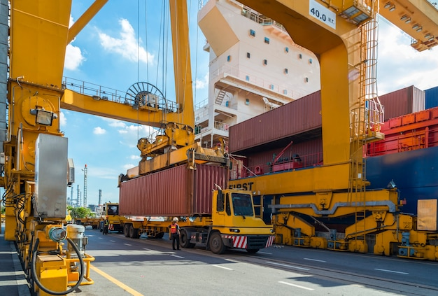 Контейнер грузовое судно с работающим краном погрузочного моста на верфи с логистик импорт экспорт
