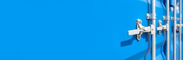 Контейнер крупным планом. синий грузовой контейнер с замком. концепция повышенной стоимости фрахта. баннер с местом для текста.