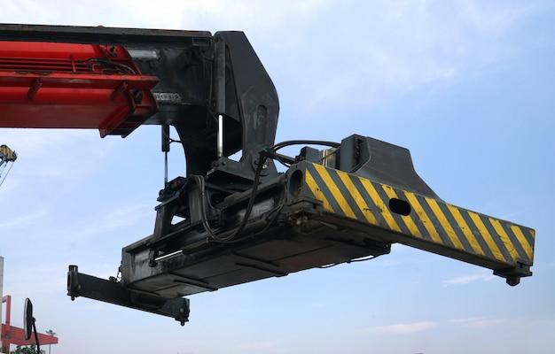 Машина для перевозки контейнеров, припаркованная на скамье подсудимых в чунцине, китай